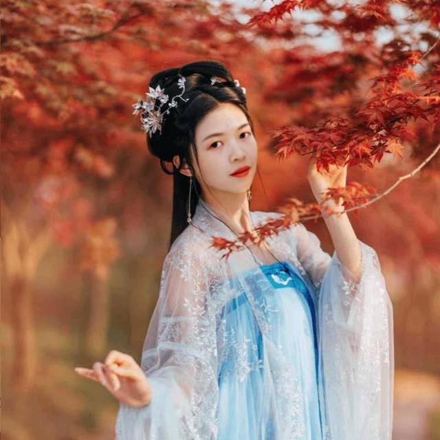 我把思念捎给你原唱是晓晓,由三更鸟主创英姐歌帝家族翻唱(播放:44)